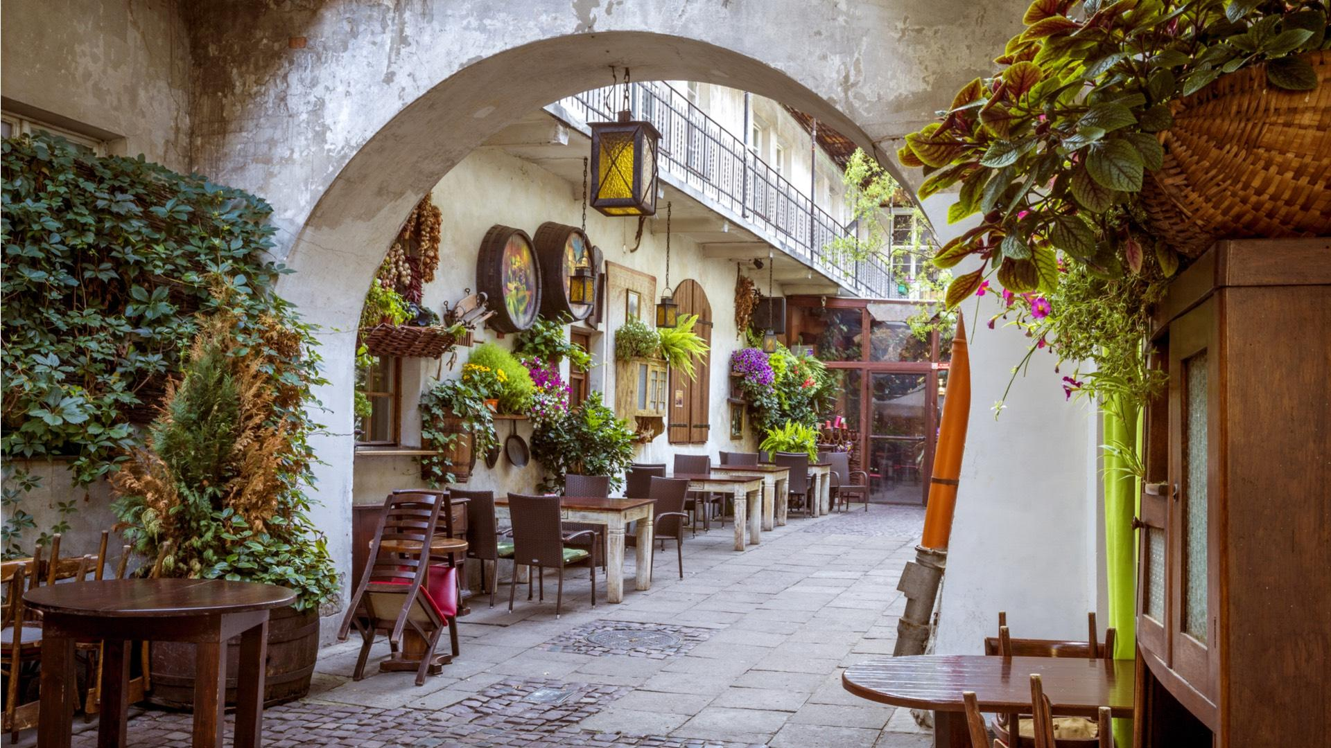 The alleys of Kazimierz have an artistic air. The district, deserted and neglected after World War II, has been renewed in recent years. Jews from around the whole world come here in search for their roots. – © Mikolajn / Shutterstock