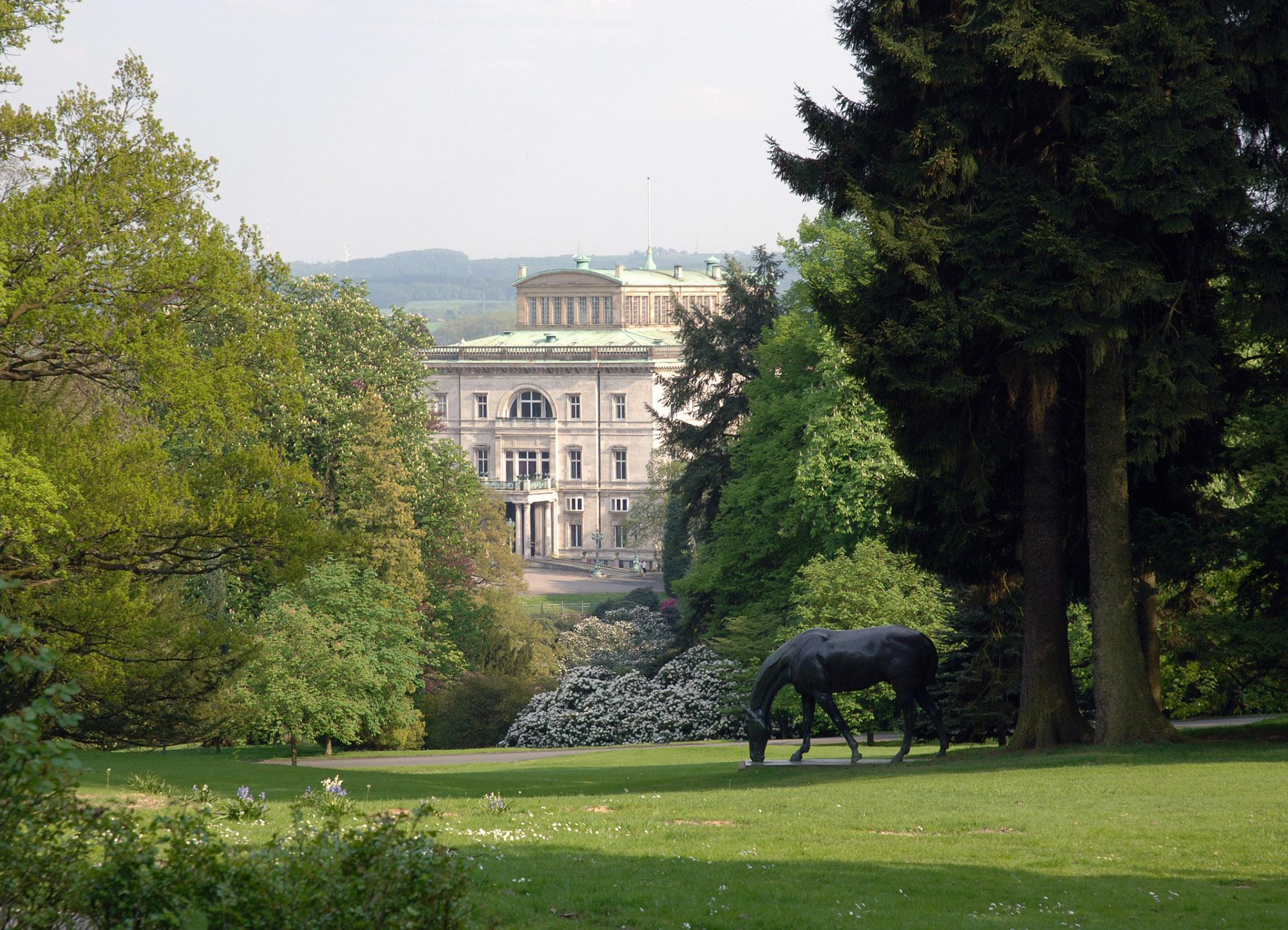 Relaxing views to Villa Hügel, like the one from the horse sculpture by Albert Hinrich Hussmann the foreground, greet visitors. – © Editorial Staff / City of Essen