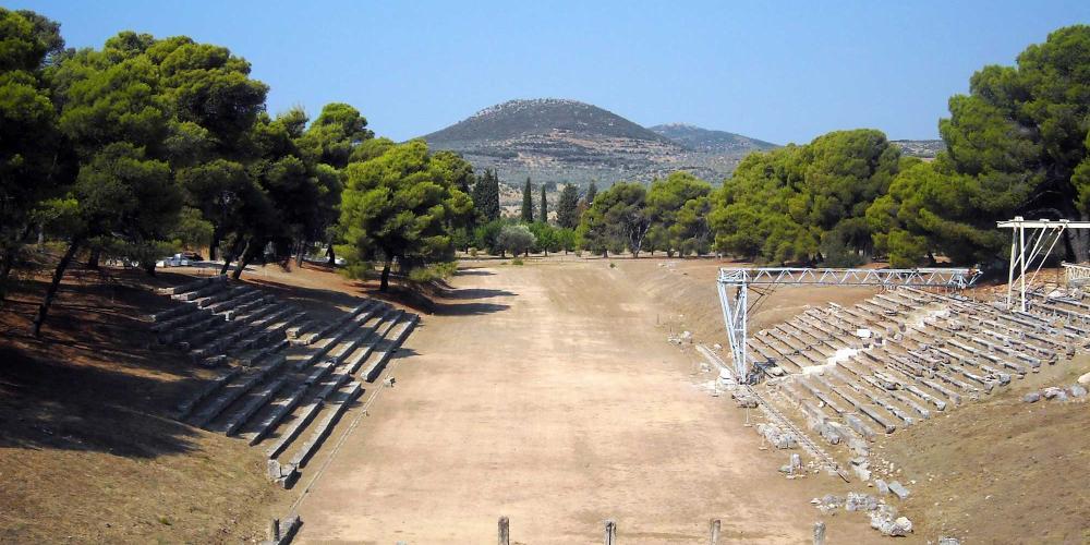 Le stade, construit au 4ème siècle avant J-C, a accueilli des jeux athlétiques et a peut être aussi été le cadre de représentations avant que le théâtre ait été construit. – © Hellenic Ministry of Culture and Sports / Ephorate of Antiquities of Argolida