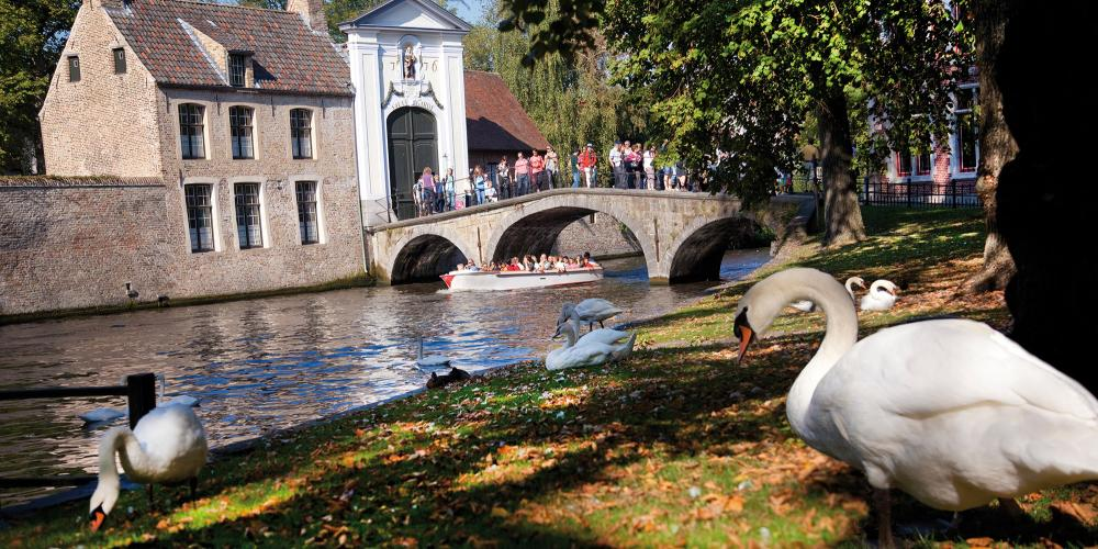 One of many perfect photo ops: a boat under the bridge at Begijnhof. – © Jan D'Hondt / VisitBruges
