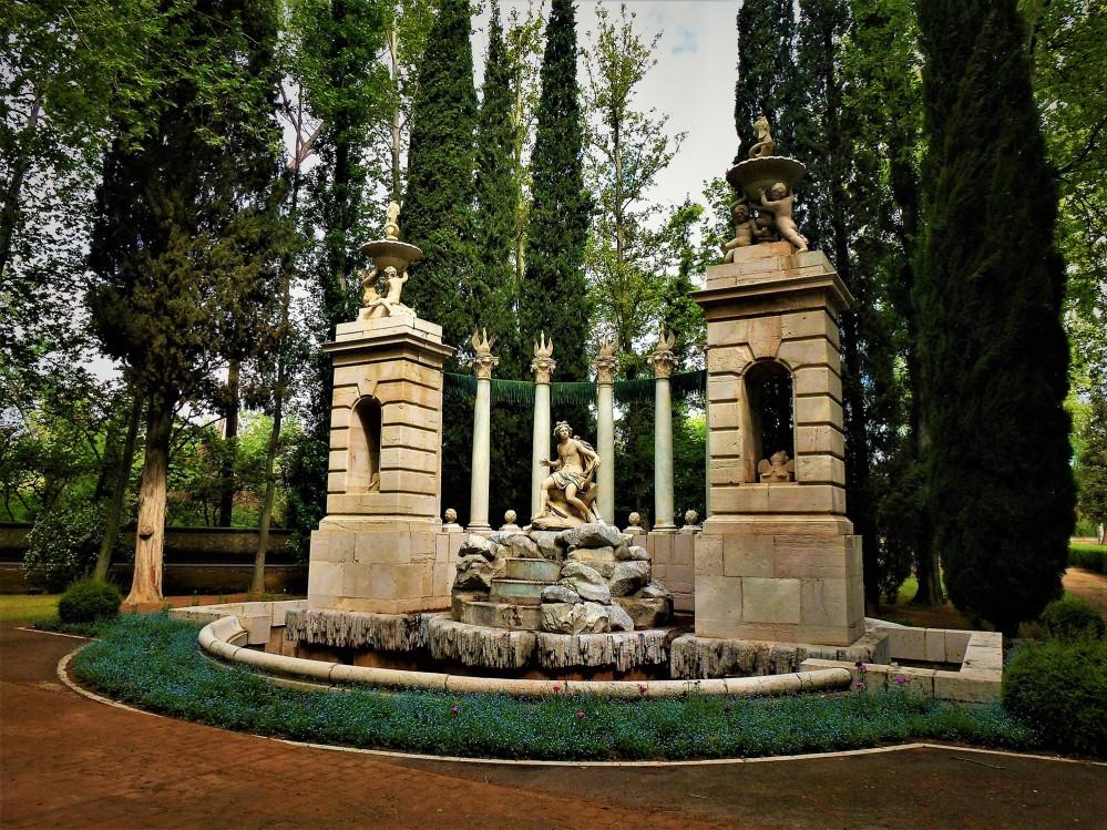 La fontaine d'Apollo. Située dans le Jardin du Prince, c'est l'une des fontaines les plus spectaculaires de ce jardin de par sa composition et son emplacement, à la fin d'une magnifique allée bordée d'arbres. – © Joaquín Álvarez