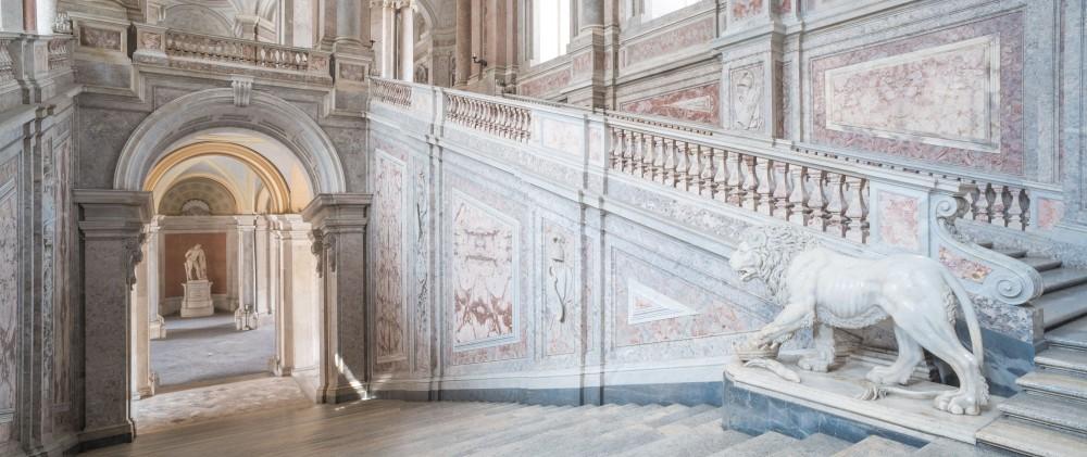 Le Scalone d'onore (Escalier d'honneur). Le palais contient 1.200 pièces sur 5 niveaux, dont la Chapelle de la cour, la Bibliothèque palatine, et un théâtre inspiré par le théâtre San Carlo de Naples. – © Mariano De Angelis