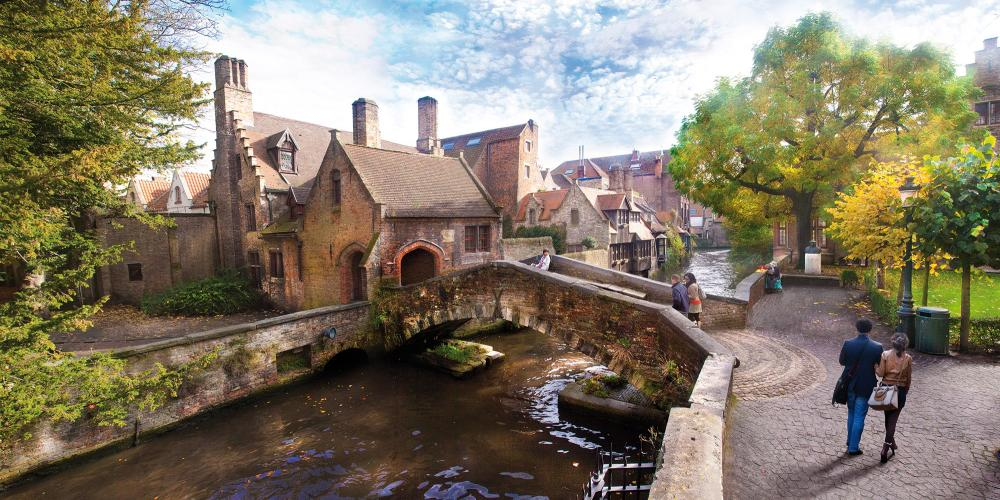 The Bonifacius Bridge is a perfect spot for photo opportunities of the famous Bruges canals. – © Jan D'Hondt / VisitBruges
