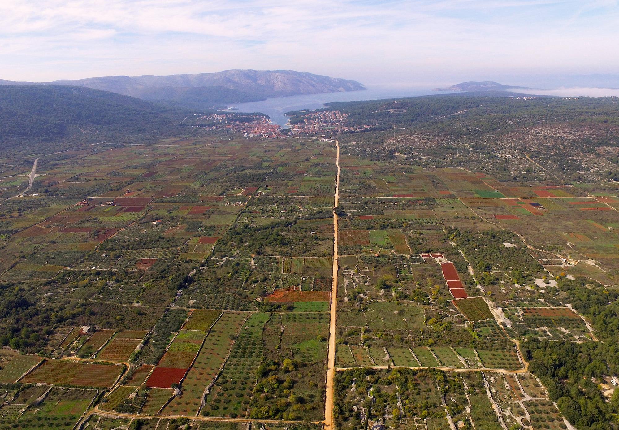 希腊殖民者设置的地块系统一直得到沿用,24个世纪之前直至今日,这里一直种植着葡萄和橄榄。– © Stari Grad Plain