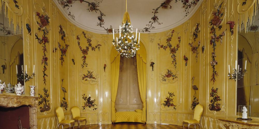 "The Fourth Guest Room, which was also known as the ""Flower Chamber"" in the 18th century, is traditionally associated with Voltaire, and is known as the ""Voltaire Room."" Legend has it that the philosopher stayed here when at Sanssouci. – © L. Seidel / SPSG"