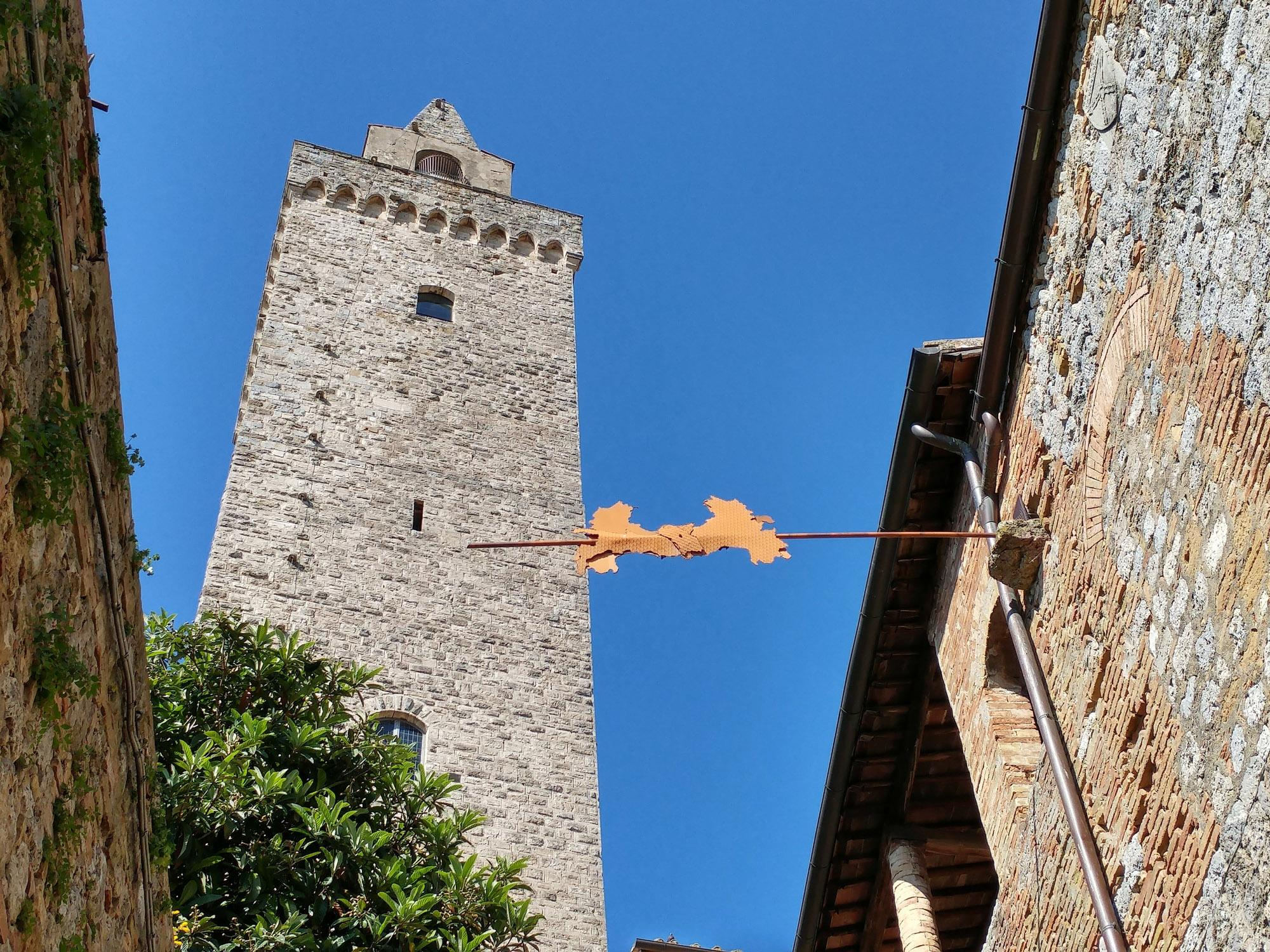 "If you lift your head in the historic center of San Gimignano, you'll discover contemporary treasures such as ""Italia all'asta"" (Fabro  Affinità 1994).  – © Stefano Cannas / Fondazione Sistema Toscana"