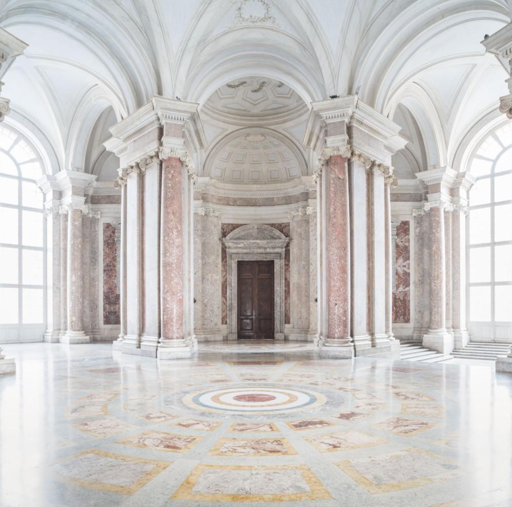 """Caserte a été inscrit sur la Liste du patrimoine mondial de l'UNESCO en 1997. Le texte de sa nomination le décrivait comme «le """"chant du cygne"""" de l'art spectaculaire propre à la période baroque, dont il a adopté l'ensemble des caractéristiques nécessaires pour créer les illusions d'un espace multi-dimensionnel.» – © Mariano De Angelis"""