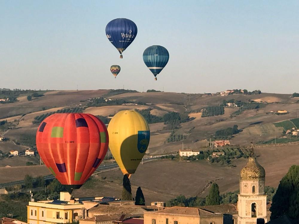 Balloons in flight. – © Archivio Balooning Festival