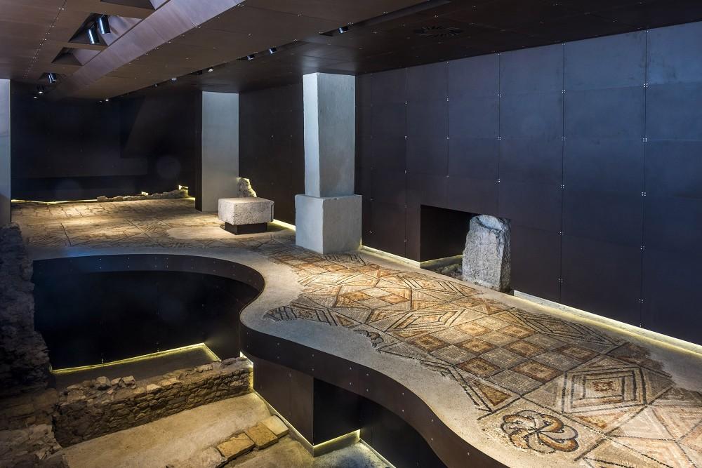 Les premiers vestiges visibles sur le site de la Maison romaine et du Palais de l'évêque sont le sol en mosaïque et les murs datant du Ve siècle. – © Gianluca Baronchelli
