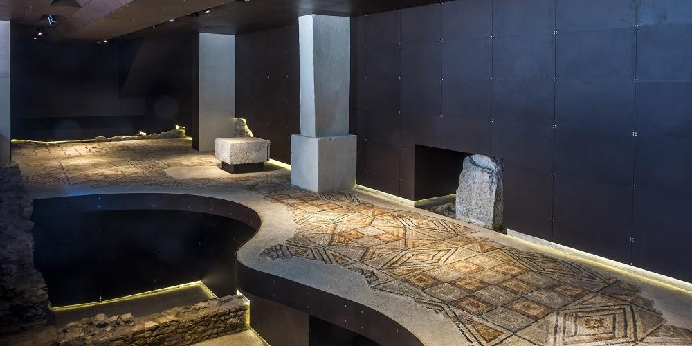 走进罗马宫和主教宫,首先看到的遗迹是地面和墙壁上的马赛克镶嵌画,这些画作可以追溯到公元5世纪。 – © Gianluca Baronchelli