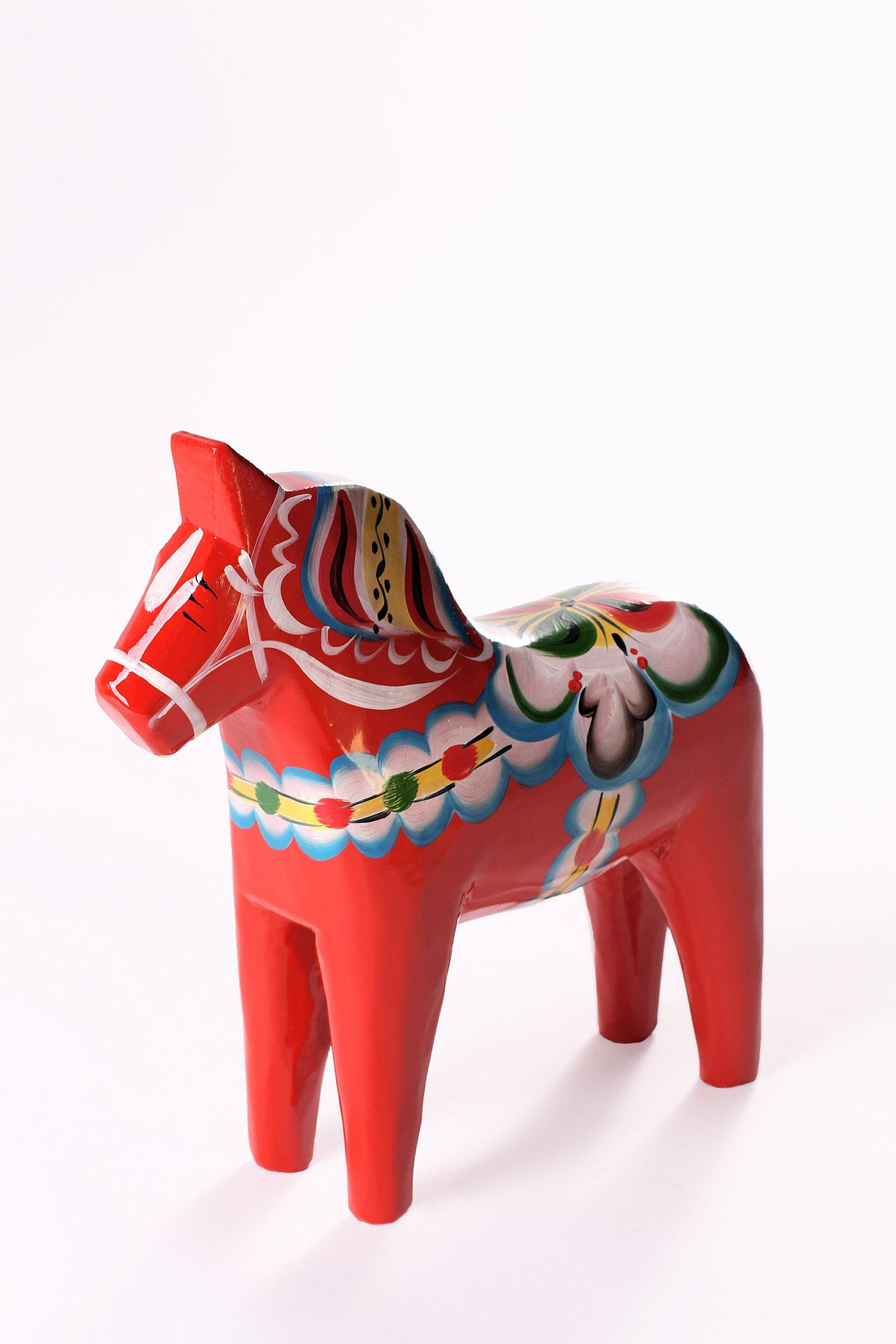 Dala horses are made in many sizes, from 1 cm to 1.5 metres (occasionally even bigger), and they are available in a variety of different colors and patterns. – © Nils Olsson Dalahästar