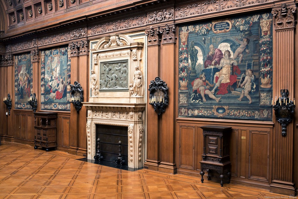 The Upper Hall of Villa Hügel, with its fireplace and precious tapestries, is used for concerts. – © Anne Stoll / Krupp Historical Archive