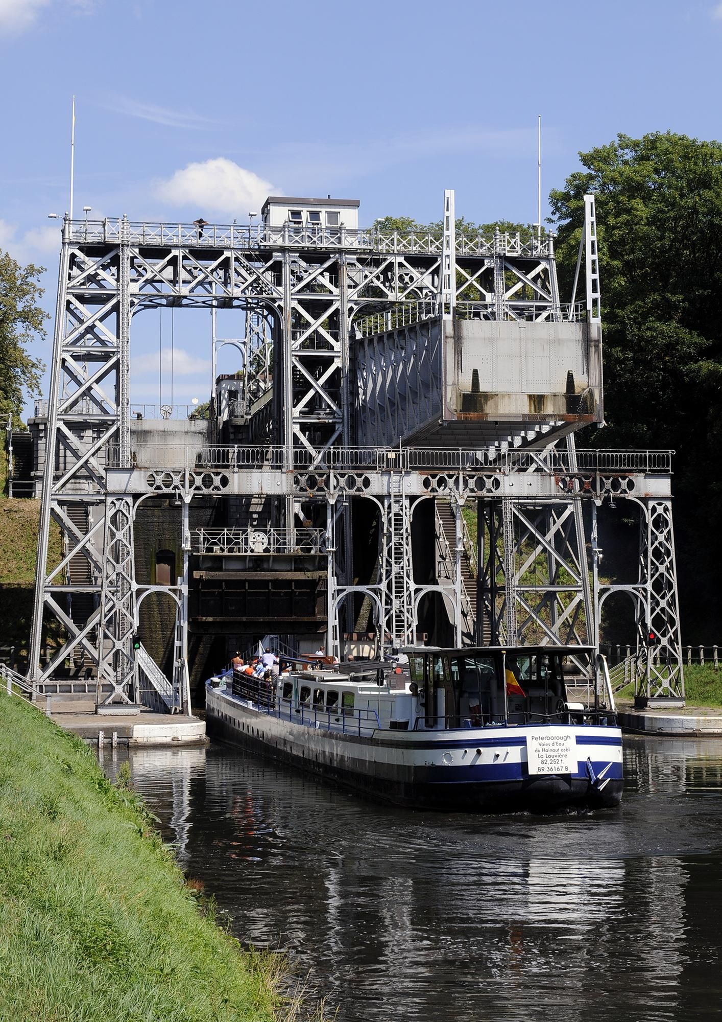 Take a boat trip out on the historic Canal du Centre classified with its hydraulic boat lifts as World Heritage by UNESCO since 1998. – © voiesdeau.hainaut.be