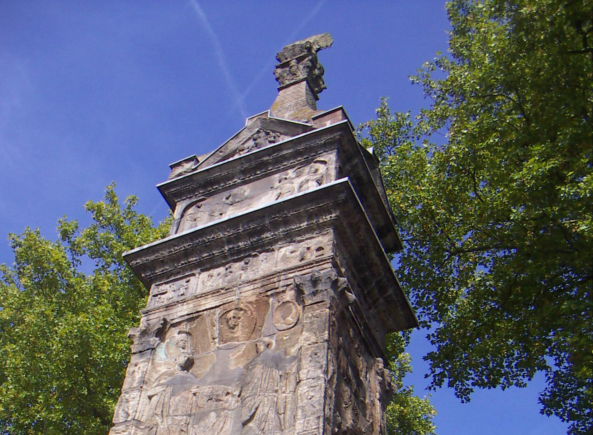 Monument funéraire de la famille des marchands de tissus des Secundinier autour de l'an 250 de notre ère. – © Trier Tourismus und Marketing GmbH