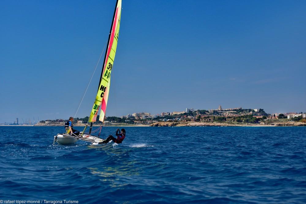 Cette ville portuaire traditionnelle au climat agréable et doux est un endroit idéal pour pratiquer n'importe quel sport. Sur la photo : Navigation à la voile le long de la célèbre plage de Llarga. – © Rafael López-Monné