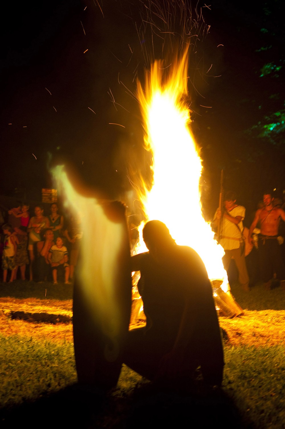 The ritual fire of the Celtic god Belenus kicks off the re-enactment. – © Gianluca Baronchelli