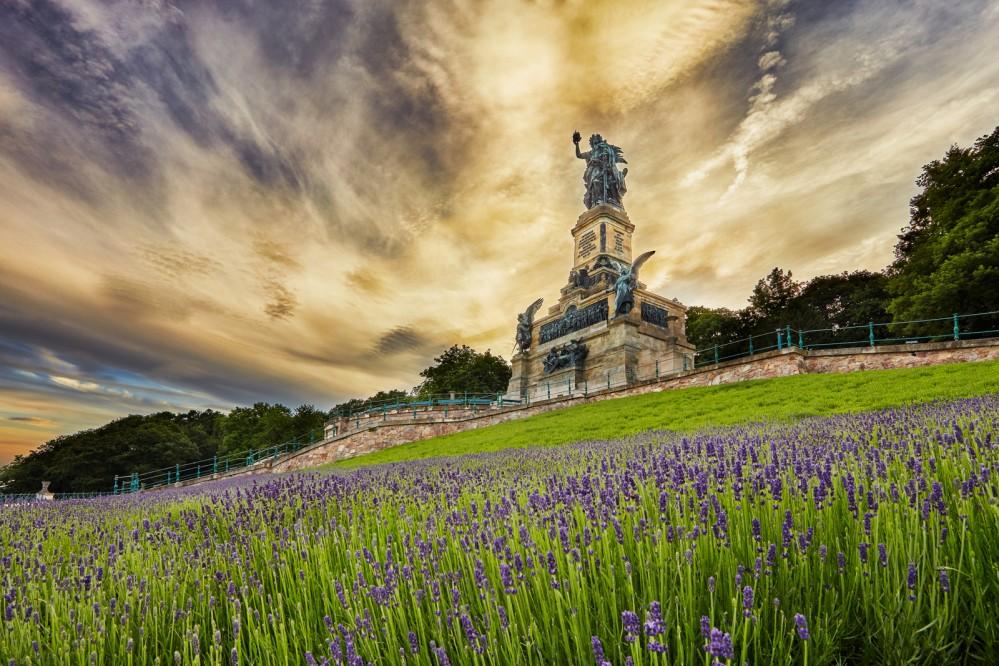The Niederwald Monument stands within the historical garden. Inaugurated in 1883, it trumped Ostein's Niederwald and became the more popular destination. – © Michael Leukel / Staatl. Schlösser und Gärten Hessen