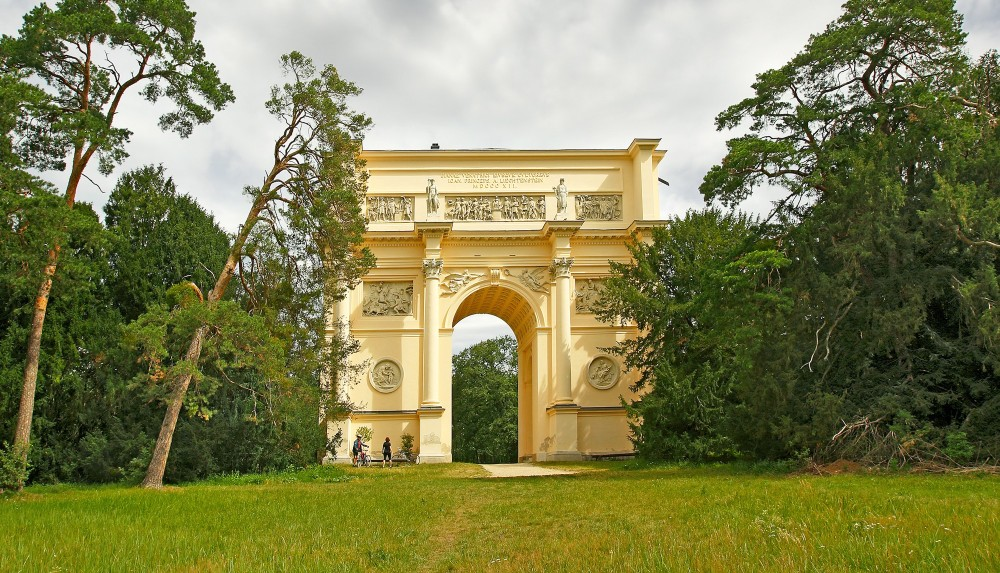 The classical mansion in the shape of a triumphal arch has facilities for meetings and breakfasts. – © Pecold / Shutterstock