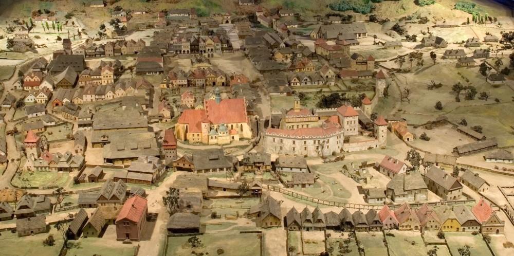 La maquette avec le château, les murs de défense, les puits et l'hôpital minier montre Wieliczka au XVIIe siècle. Musée dans la mine sel de Wieliczka – © Artur Grzybowski