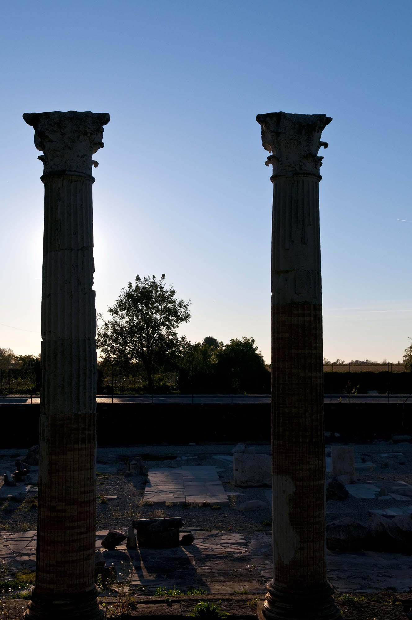 A detail of the columns visible today belonging to the eastern side of the ancient portico. They were raised and partially reconstructed in the 1930s. – © Gianluca Baronchelli