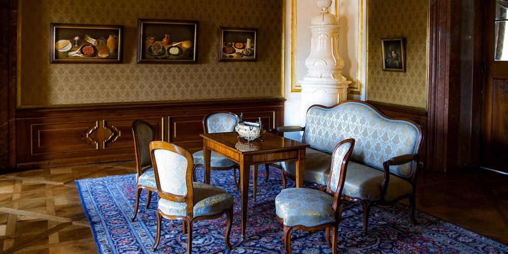 The room is furnished in the manner which was usual in the second half of the 18th century with walls covered in brocaded silk wall covering that matches the furniture upholstery. – © Roman Pěnčák