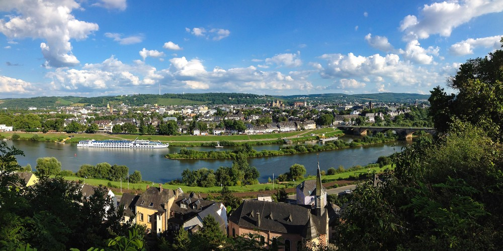 A panoramic view of Trier from the banks of the Moselle River. – Trier Tourismus und Marketing GmbH