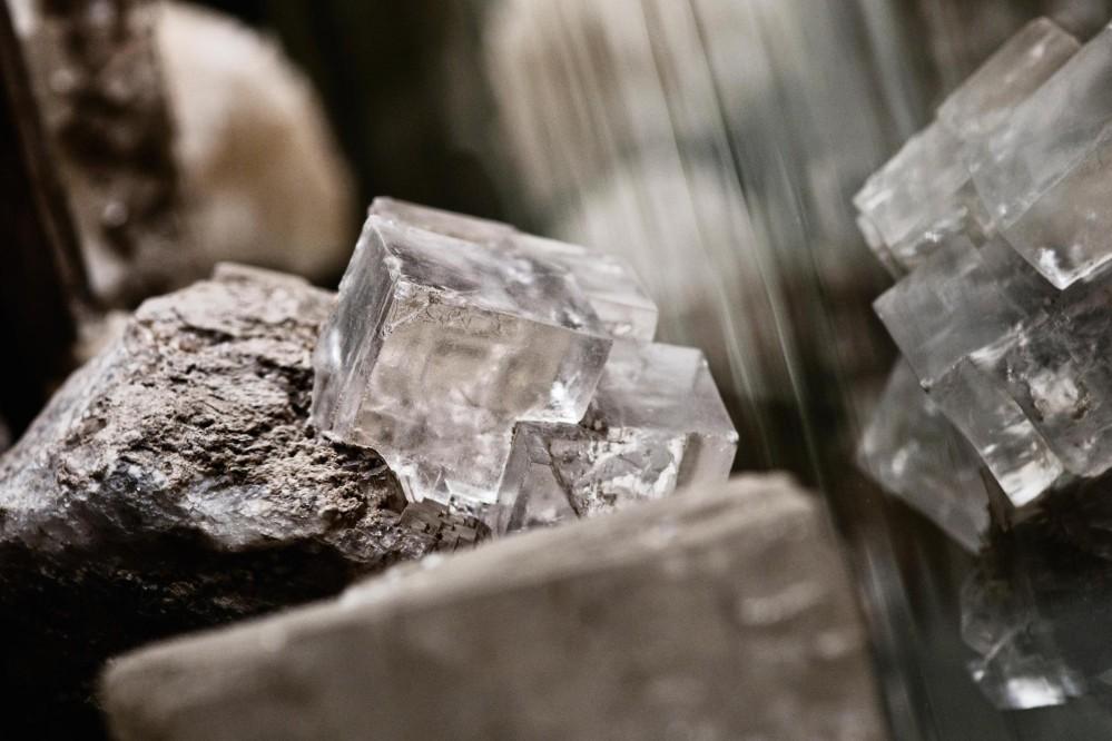 Cristal d'halite de la mine de sel de Wieliczka. Le nom vient du grec halos - sel, salé et lithos - pierre. Minéral indispensable à la vie humaine. – © Aleksandra Zapolska