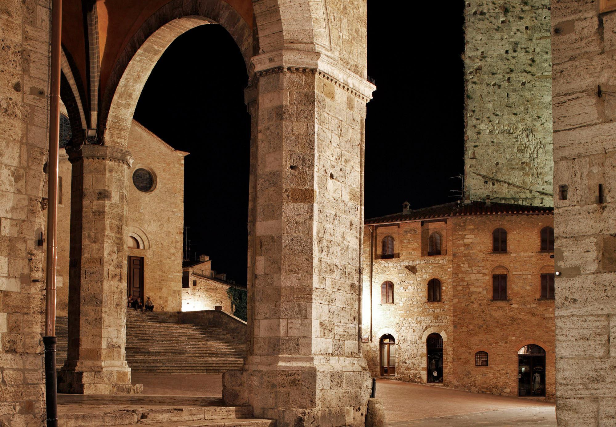 位于圣吉米尼亚诺历史中心的主教堂广场,是大教堂、市政厅、剧院和凉廊的所在地。- © Luca Capuano