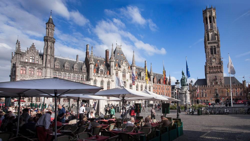 La place du Marché de Bruges est aussi historique que magnifique. – © Jan D'Hondt / VisitBruges