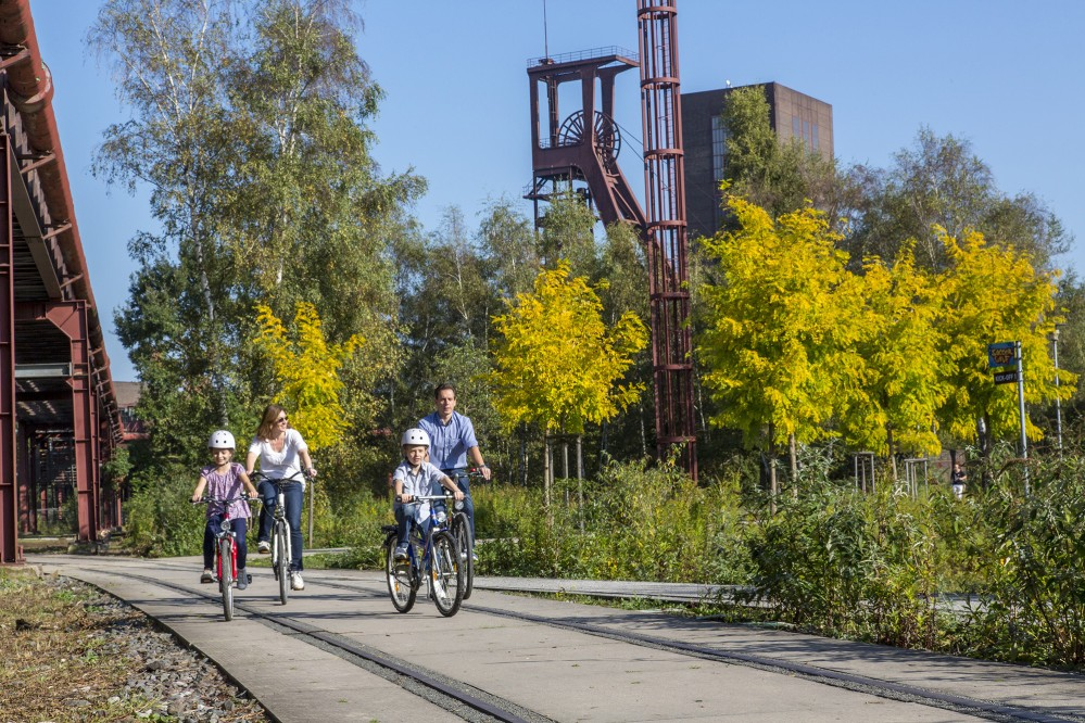The 3.5-kilometre-long Ring Promenade surrounds the entire UNESCO World Heritage Site and invites visitors to actively experience the industrial nature. – © Jochen Tack / Zollverein Foundation