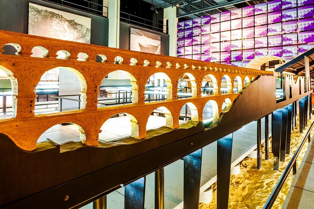 Le musée est l'endroit parfait pour voir le site de plus près dans son entièreté. Ici : une reproduction de parties de l'aqueduc romain. – © Aurelio Rodriguez