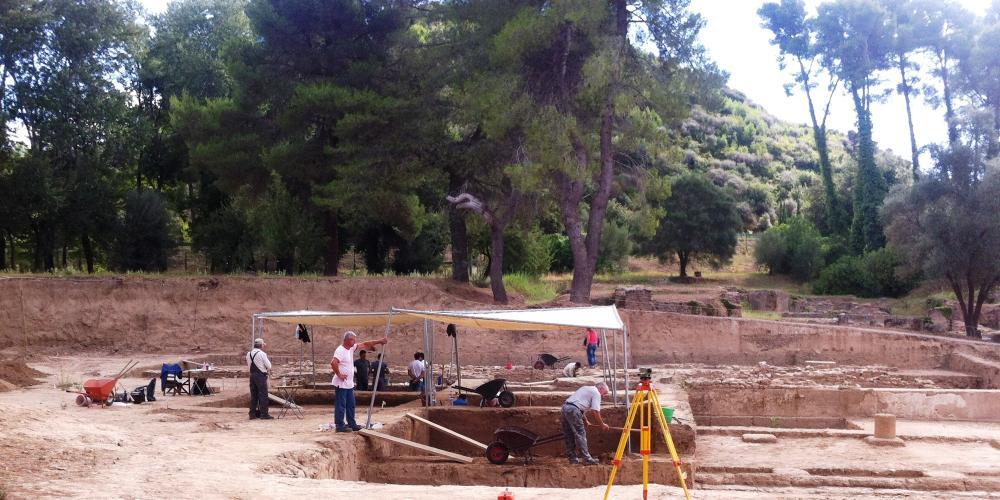 L'excavation du Gymnasium en 2014 a révélé un grand bâtiment quadrangulaire avec une cour centrale fermée par des stoas doriques, où les athlètes s'entraînaient pour la course à pied et le pentathlon. – © Hellenic Ministry of Culture and Sports / Ephorate of Antiquities of Ilia