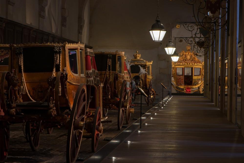 La visite des Grandes Ecuries dévoile une magnifique collection de majestueux carrosses, de petites voitures appartenant aux enfants de Marie-Antoinette, de chaises à porteurs et de traîneaux. L'exposition de ces créations est un témoignage étonnant de la pompe et de la splendeur de la vie de cour de l'Ancien Régime, l'Empire et la Restauration. – © Thomas Garnier