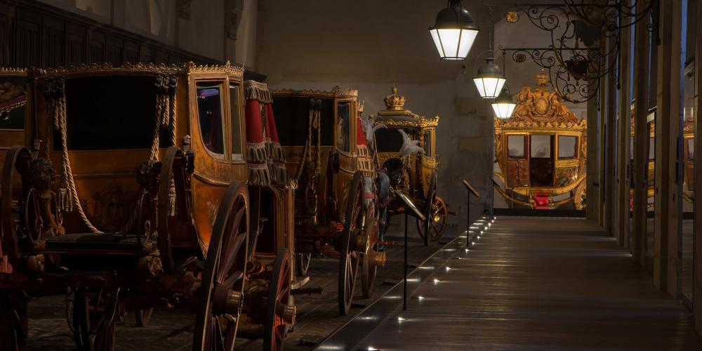 Visiting the Great Stables unveils a wonderful collection of majestic coaches and small carriages for Marie-Antoinette's children, sedan chairs, and sleds. The exhibition of these creations is an amazing testimony to the pomp and splendor of court life during the Ancien Régime, the Empire, and the Restoration. – © Thomas Garnier