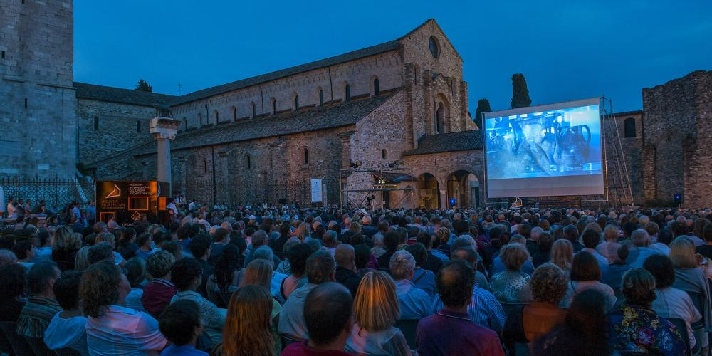 Large crowds gather for the enchanting atmosphere during the Aquileia Film Festival. – © Gianluca Baronchelli