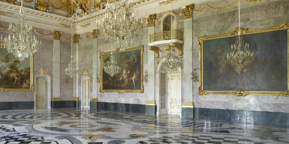 The impressive Marble Hall, extends over two floors and the entire width of the central section of the building. – © W.Pfauder/SPSG