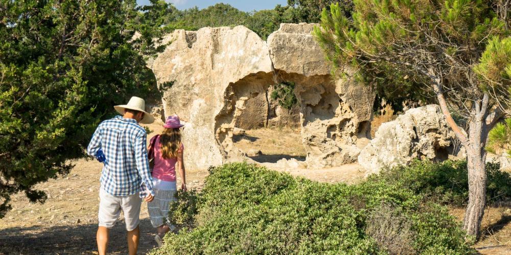 Les Tombes des Rois sont situées sur la côte ouest de Chypre, avec un beau paysage entourant les tombeaux d'une civilisation ancienne. – © Michael Turtle