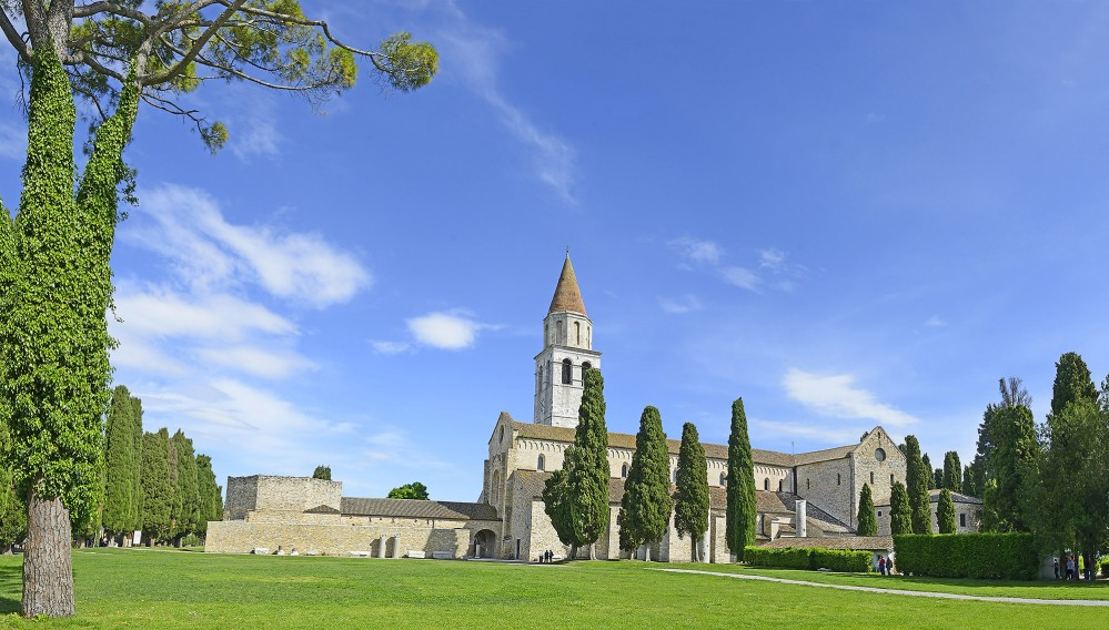 Un chemin élevé au sein de la Basilica di Santa Maria Assunta permet de passer juste au-dessus des mosaïques afin que les visiteurs puissent s'approcher des œuvres de près et les admirer en détail. – © Pecold / Shutterstock