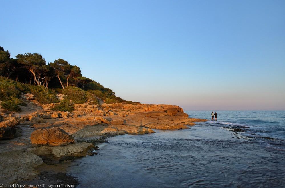 À proximité de la ville, le littoral offre des paysages naturels sublimes, comme la pointe de La Creueta, l'ancienne carrière romaine (en photo) qui vous rappellera une époque lointaine. – © Rafael López-Monné