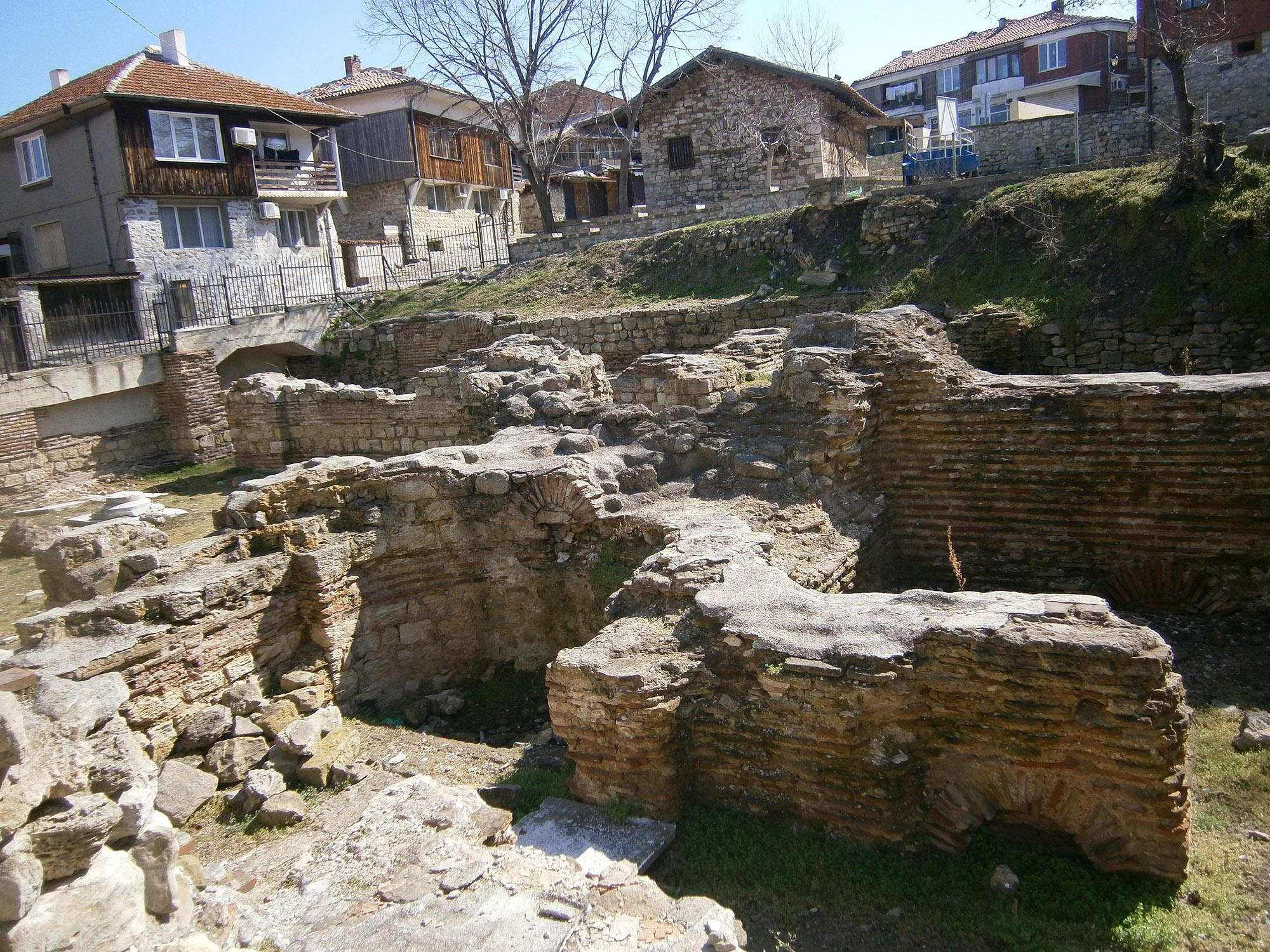 The most impressive part of the early Byzantine thermae is the large central hall, which is supported by four massive marble columns and crowned with Corinthian capitals. – © Nessebar Municipality