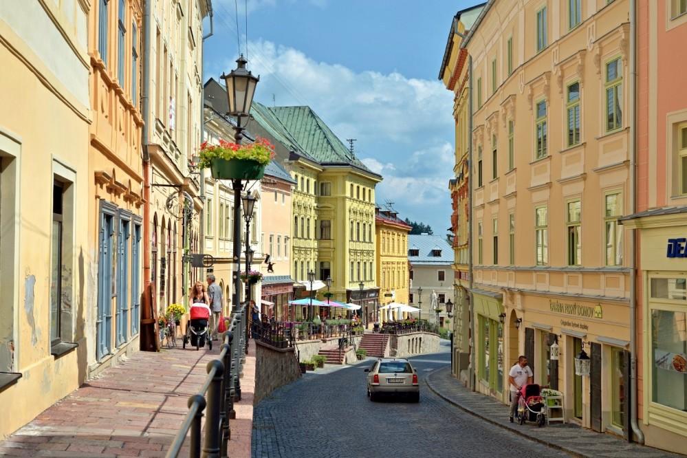 """Les trottoirs surélevés, appelée """"trotuar"""" par les habitants de Štiavnica, sont jalonnés de magasins et de cafés, où l'atmosphère rappelle celle des rues animées de Paris. En photo : la rue Andrej Kmeť de Banská Štiavnica. – © Jan Petrik"""