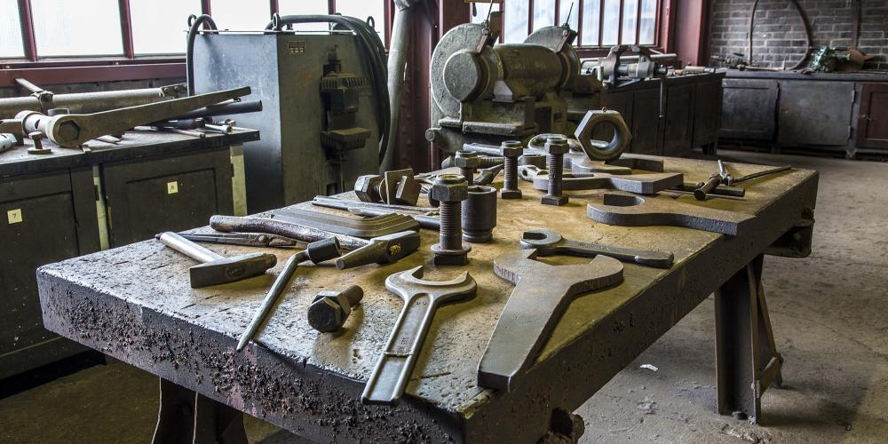 Heavy repair tools can be examined in the workshop of Zollverein Shaft XII. – © Jochen Tack / Zollverein Foundation