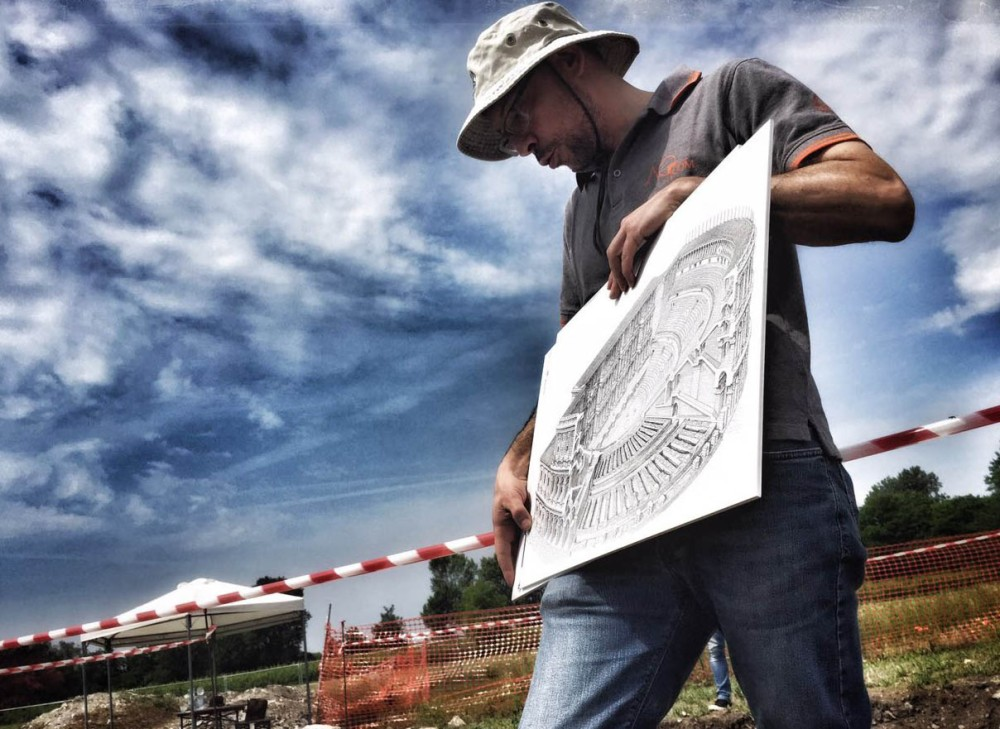 An archaeologist shows the map and describes the ancient Roman theatre of Aquileia. – © Gianluca Baronchelli