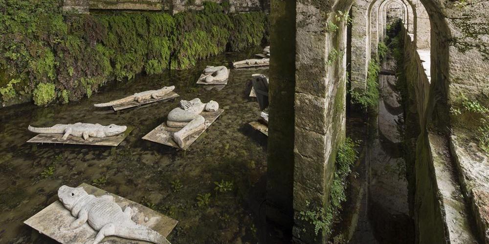 自1998年来,仙女泉平静的水面和恢宏的结构见证了米莫·帕拉迪诺创作的一组青铜雕像《沉睡者》被放置于此。 – © Stefano Cannas / Fondazione Sistema Toscana