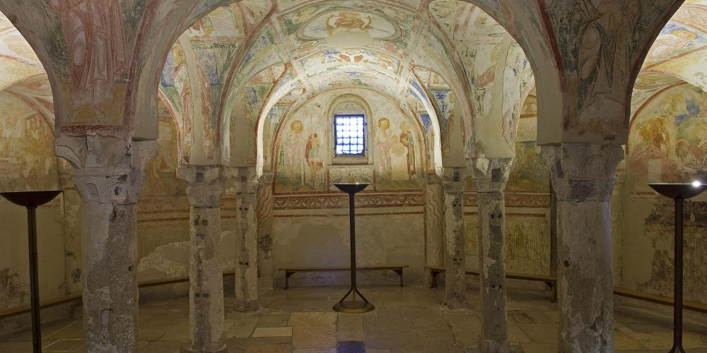 The crypt below the main altar of the church, with its walls and ceiling entirely lined with a majestic cycle of frescoes dating back to the late 12th century. – © Gianluca Baronchelli