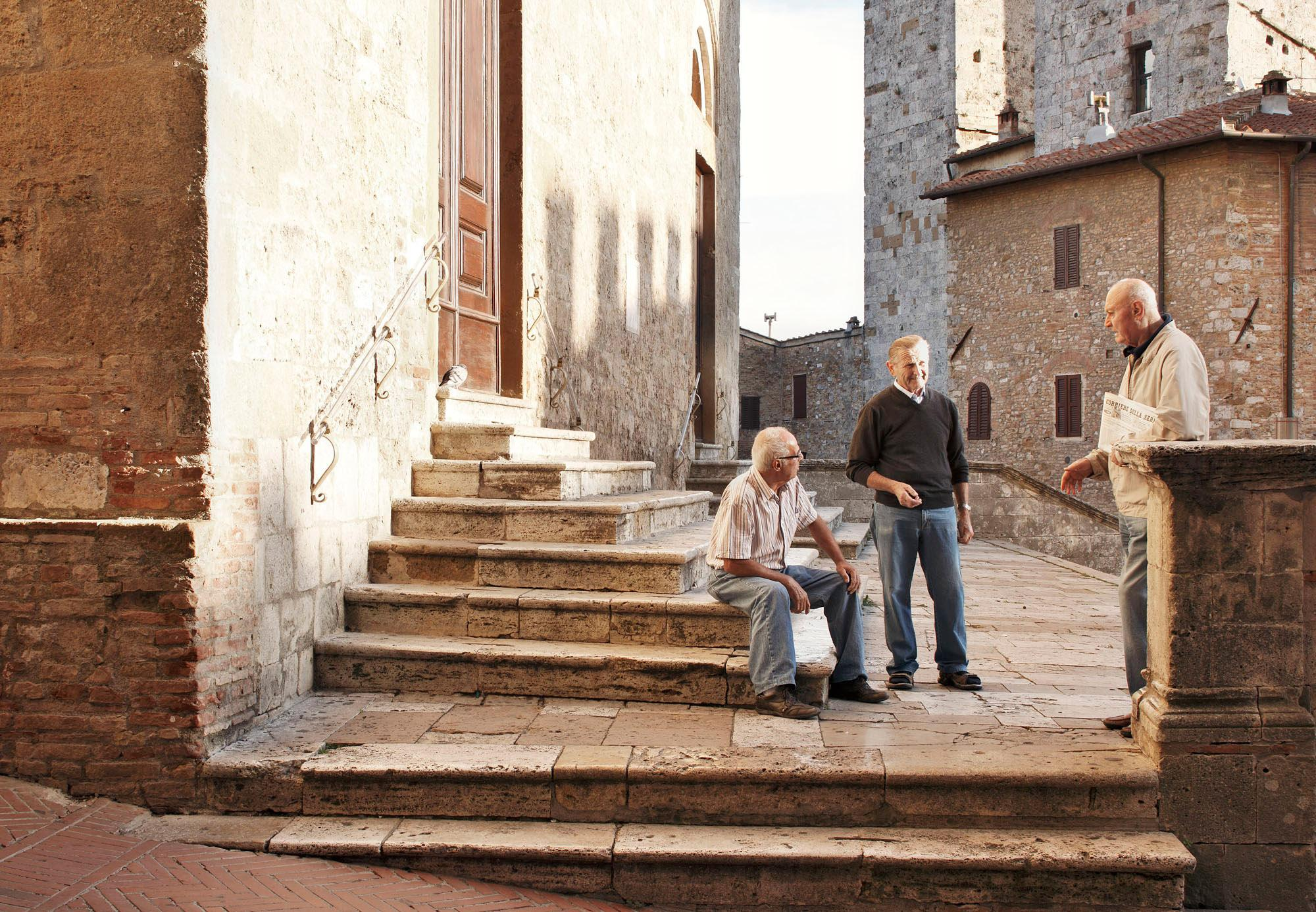 Prenez le temps de parler aux habitants sur la place principale. Vous en apprendrez beaucoup sur les légendes de San Gimignano. - © Luca Capuano