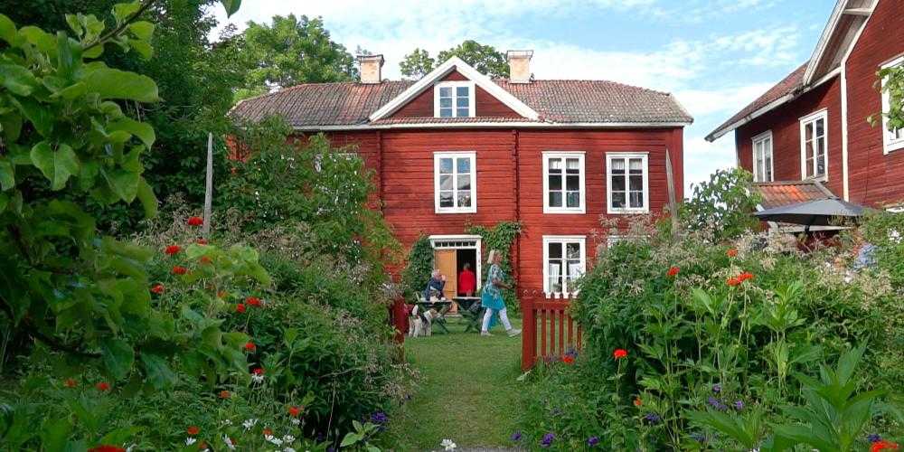 Locals and people from all over the world enjoy the decorative farmhouse of Erik-Anders in the warm summer months. – © Niklas Lundqvist