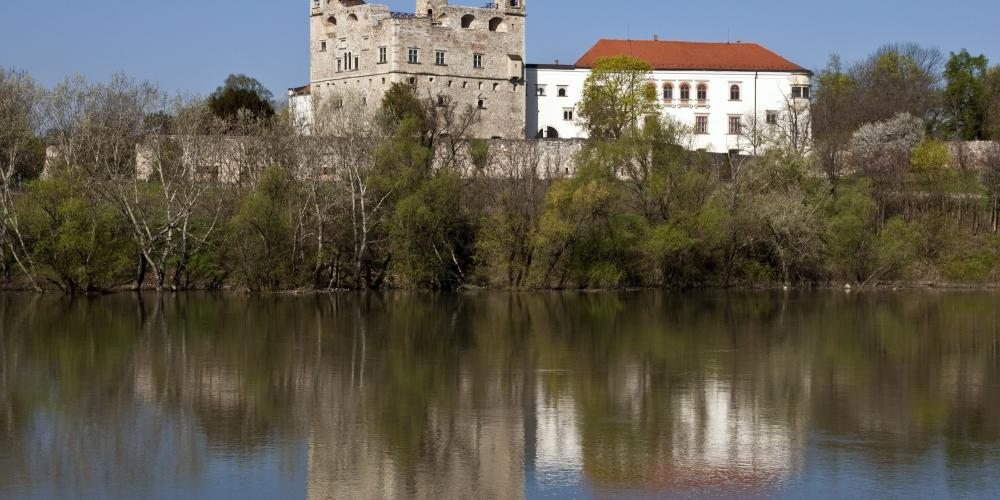 Red tower from the Bodrog river. This is the oldest part of the castle from the XVI century. – © Laszlo Varadi