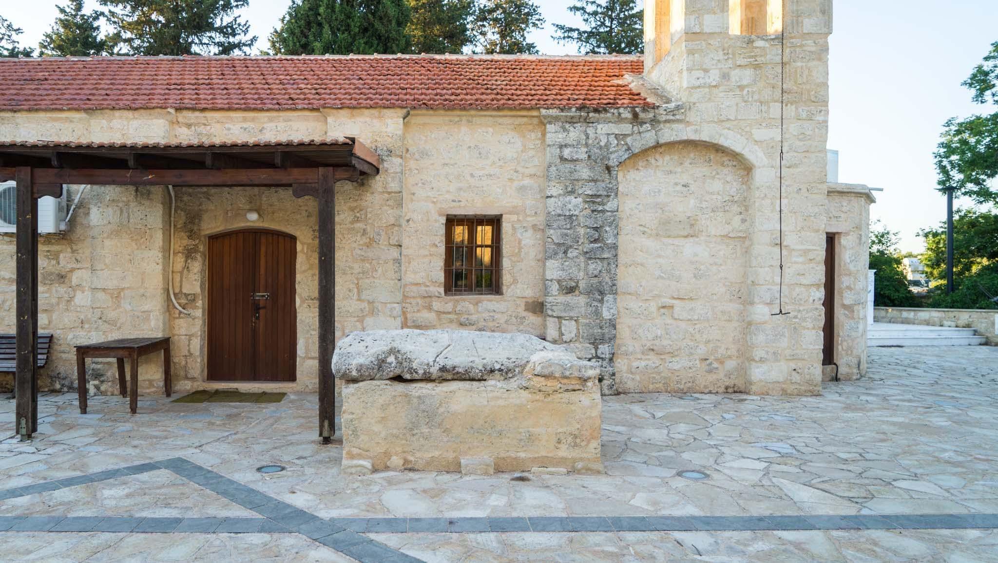 Côté nord de l'église St Kelandion, datant du 18ème siècle, se trouve le grand sarcophage en pierre de Saint Agapiticos, alors que son compagnon Saint Misiticos repose côté sud. © Michael Turtle