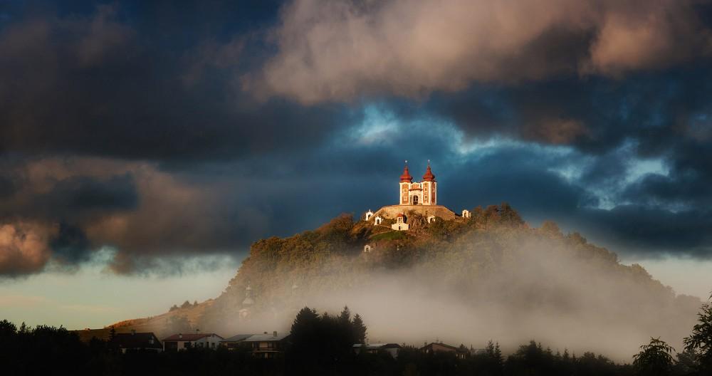 Une vue splendide sur Banská Štiavnica et ses environs récompense l'ascension raide jusqu'à l'église supérieure. – © Maran Garai / Shutterstock